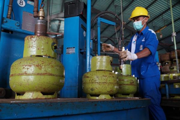Pengisian gas LPG ukuran tabung 3 Kg dilakukan secara profesional untuk menjamin keamanan produk. - Bisnis/Arief Rahman