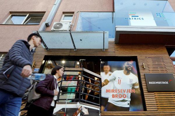 Banner ucapan selamat datang tertera di sebuah toko di Pristina, ibu kota Kosovo, ditujukan kepada Raheem Sterling dan Timnas nInggris. - Reuters/Ognen Teofilovski