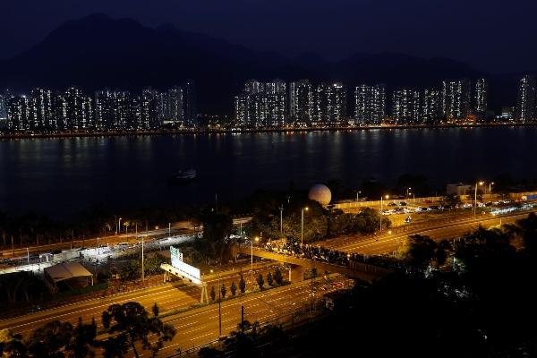 Pengunjuk rasa menguasai jembatan yang menjadi penghubung dengan kampus Chinese University di Hong Kong, China, Rabu (13/11/2019). - Reuters/Thomas Peter