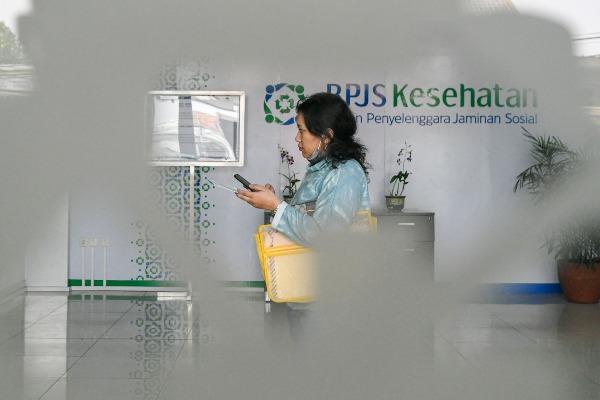 Warga berjalan di lobi kantor Badan Penyelenggara Jaminan Sosial (BPJS) Kesehatan Jakarta Timur, di Jakarta, Rabu (30/10/2019). Presiden Joko Widodo resmi menaikan iuran BPJS Kesehatan sebesar 100 persen yang akan berlaku mulai 1 Januari 2020 bagi Peserta Bukan Penerima Upah (PBPU) dan peserta bukan pekerja menjadi sebesar Rp42 ribu per bulan untuk kelas III, Rp110 ribu per bulan untuk kelas II dan Rp160 ribu per bulan untuk kelas I. - ANTARA FOTO/M. Risyal Hidayat