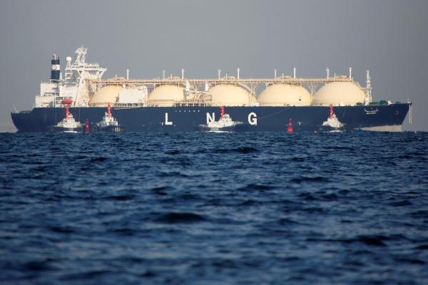Kapal tanker Liquefied Natural Gas (LNG) terlihat menuju pembangkit listrik di Futtsu, Tokyo, Jepang, Senin (13/11/2017). - Reuters/Issei Kato
