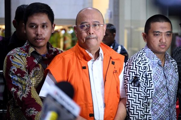 Wali Kota Medan nonaktif Tengku Dzulmi Eldin mengenakan rompi oranye usai menjalani pemeriksaan di Gedung KPK. - Antara/M. Risyal Hidayat
