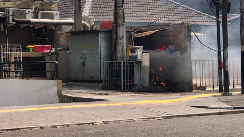 Sebuah gardu listrik meledak di sekitar bundaran Blok M Plaza Jalan Melawai, Kebayoran Baru Jakarta Selatan, Senin (18/11/2019). JIBI/Bisnis - Sholahuddin Al Ayubbi
