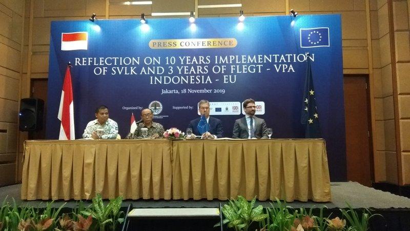 Konferensi pers 10 tahun implementasi SVLK dan 3 tahun keeja sama FLEGT-VPA yang dihadiri Duta Besar Uni Eropa untuk Indonesia dan Brunei Darussalam Vincent Piket dan Direktur Pengolahan dan Pemasaran Hasil Hutan KLHK Rufi'ie, Senin (18/11/2019). - Bisnis/Desyinta Nuraini