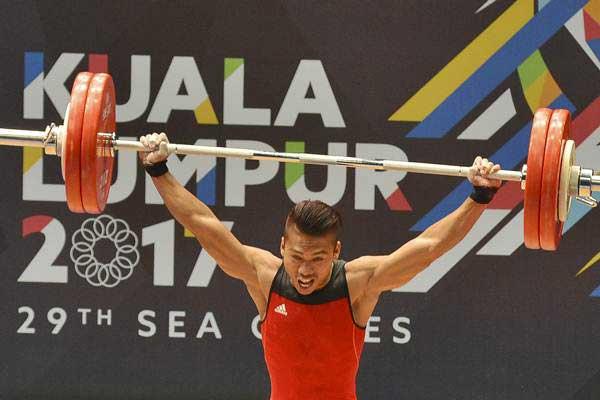 Lifter Indonesia Deni melakukan angkatan snatch angkat besi putra nomor 59 kg SEA Games XXIX Kuala Lumpur di MITEC, Kuala Lumpur, Malaysia, Selasa (29/8). Deni berhasil meraih medali emas dengan total angkatan 312 kg. - ANTARA/Wahyu Putro A