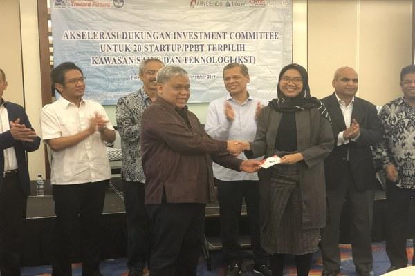 Plt. Direktur Jenderal Kelembagaan Iptek dan Dikti, Patdono Suwignjo memberi keulungan secar simbolis kepada salah satu peserta PPBT 2019. Jakarta, Senin (18/11/2019). - Bisnis/Leo Dwi Jatmiko