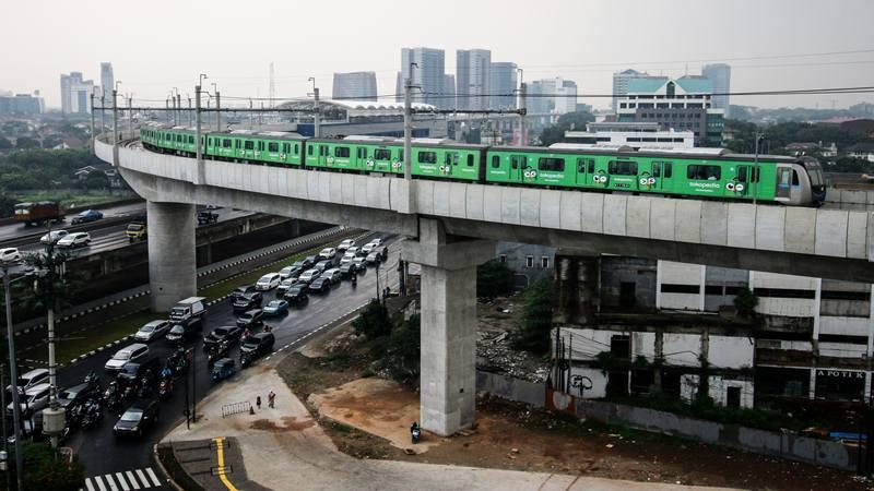 Rangkaian kereta Moda Raya Terpadu (MRT) Lebak Bulus-Bundaran HI melintas di Stasiun Fatmawati, Jakarta - Antara