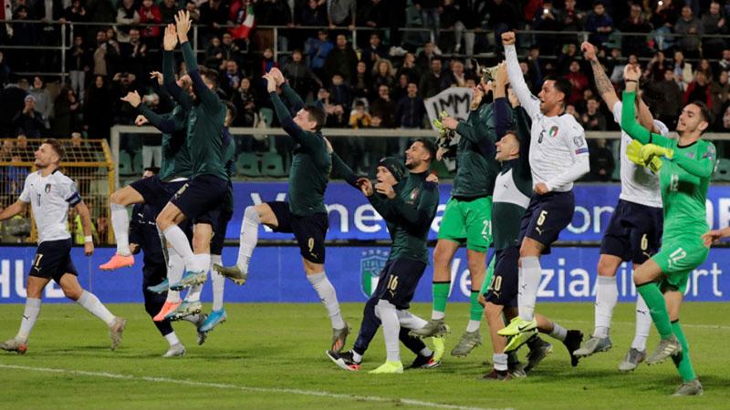 Para pemain Italia memberi salam ke,enangan kepada penonton setelah menghabisi Armenia 9 - 1. - Reuters/Ciro de Luca