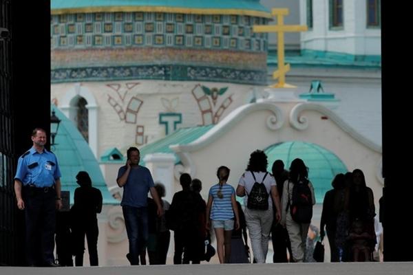 Turis berjalan di biara Yerusalem Baru di Istra di luar Moskow, Rusia - REUTERS / Maxim Shemetov