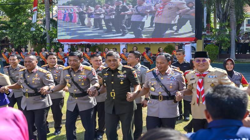 Kapolri Jenderal Pol. Idham Azis (kedua kiri) bersama Kapolda Sulteng Irjen Pol. Wahyu Lukman Hariyanto (kiri) dan Komandan Korem 132 Tadulako Kolonel Inf. Agus Sasmita (ketiga kiri) menari dero bersama usai upacara Pengukuhan Kenaikan Tipologi di Mapolda Sulteng di Palu, Jumat (15/11/2019). Tipologi Polda Sulteng dari tipe B sejak 1995 ditingkatkan menjadi tipe A untuk menunjang beban kerja, penguatan kapasitas organisasi, peningkatan dukungan sumber daya dan personel. - Antara