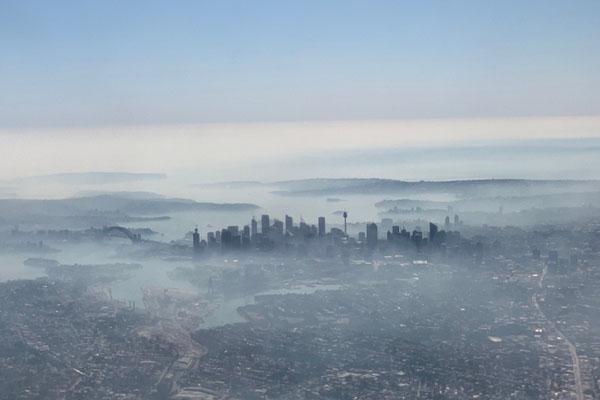 Sydney, ibu kota New South Wales, Australia, tampak diselimuti kabut asap pada Selasa (19/11/2019). - Reuters