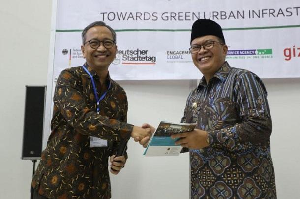 Wali Kota Bandung, Oded M. Danial (kanan) - Bisnis/Dea Andriyawan