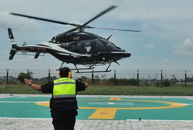 Helikopter jenis Bell 505 melakukan uji coba pendaratan saat persiapan pengoperasian Terminal Helikopter