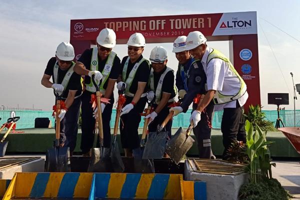 Topping off apartemen Alton Tower 1 di Tembalang Semarang pada Selasa 19 November 2019. - Bisnis/Alif Nazzala Rizqi