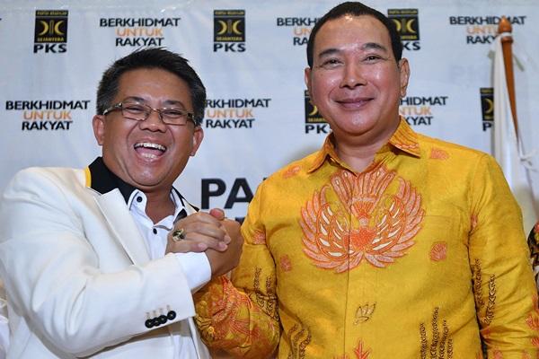 Presiden PKS Sohibul Iman (kiri) berjabat tangan dengan Ketua Umum Partai Berkarya Hutomo Mandala Putra alias Tommy Soeharto seusai konferensi pers di kantor DPP PKS, Jakarta Selatan, Selasa (19/11/2019) - ANTARA FOTO/Sigid Kurniawan
