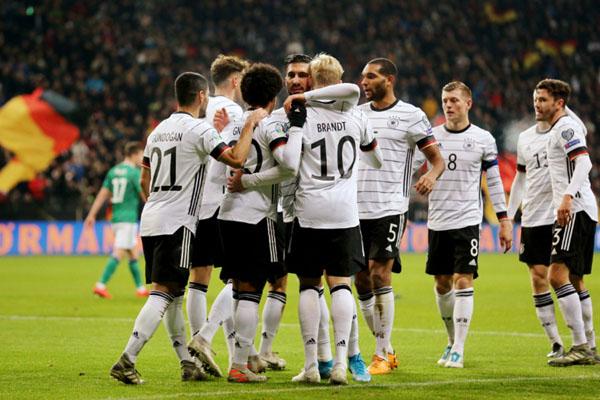 Para pemain Jerman merayakan gol ke gawang Irlandia Utara. - Reuters/Ralph Orlowski
