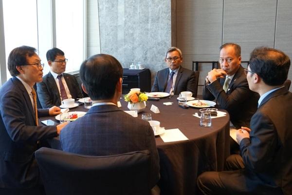 Pertemuan Menperin Agus Gumiwang Kartasasmita (kedua dari kanan) dengan jajaran manajemen Lotte Chemical di Korea Selatan, Selasa (19/22/2019) - Kemenperin