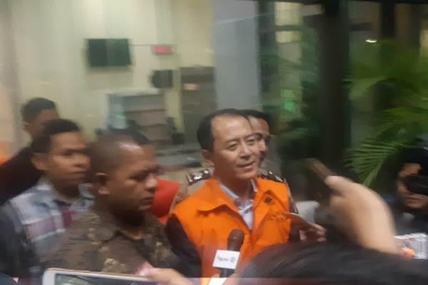 Bartholomeus Toto mengenakan rompi oranye KPK - Bisnis/Ilham Budiman
