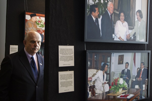 Duta Besar Amerika Serikat (AS) untuk Indonesia Joseph R. Donovan Jr mengamati karya dalam pameran foto jurnalistik