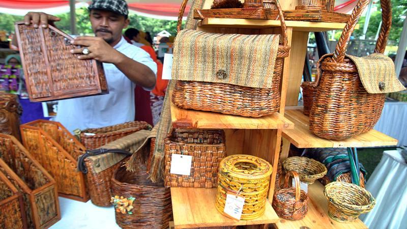 Pengunjung melihat produk kerajinan dari bahan koran bekas saat Gebyar Usaha Mikro Kecil Menengah (UMKM) Juara di lapangan Kampus IPB, Baranangsiang, Kota Bogor, Jawa Barat, Sabtu (28/9/2019). - Antara