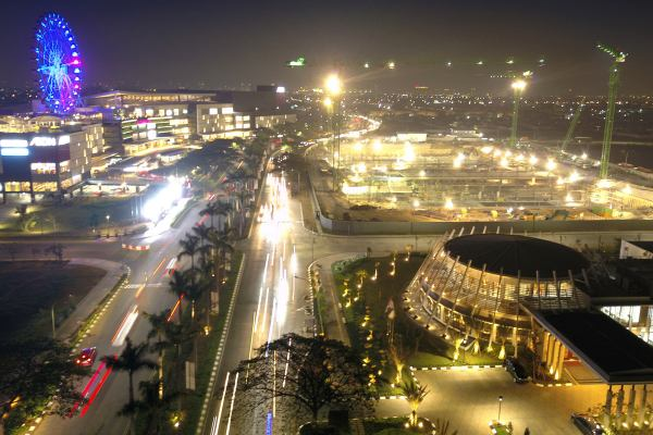 Suasan kawasan Jakarta Garden City pada malam hari. - Bisnis