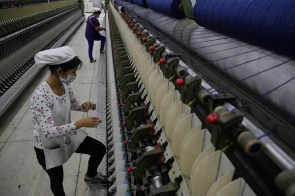 Karyawan melakukan aktivitas di salah satu pabrik tekstil. Presiden Joko Widodo kembali mengadakan pertemuan dengan pebisnis tekstil, setelah pertemuan pertama dilakukan pada tahun lalu. - Reuters