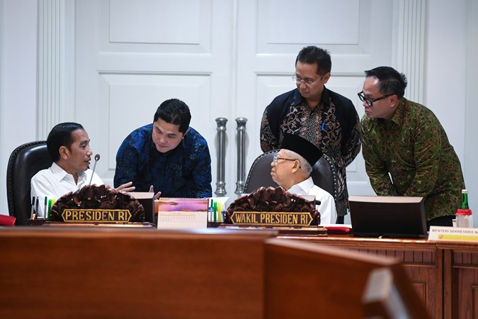 Presiden Joko Widodo (kiri) berbincang dengan Wakil Presiden Ma'ruf Amin (tengah), Menteri BUMN Erick Thohir (kedua kiri) dan Wamen BUMN Budi Gunadi Sadikin (kedua kanan) dan Kartika Wirjoatmodjo (kanan) sebelum memimpin rapat kabinet terbatas di Kantor Presiden Jakarta, Rabu (30/10/2019). - ANTARA/Wahyu Putro A