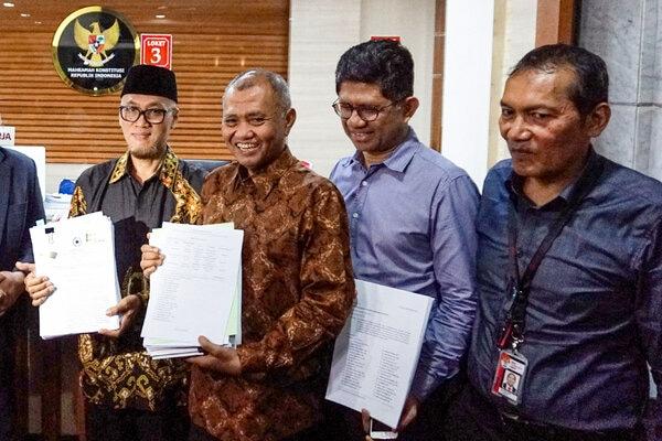 Ketua Komisi Pemberantasan Korupsi (KPK) Agus Rahardjo (kedja kiri) bersama Wakil Ketua KPK Saut Situmorang (kanan) dan Laode M Syarif (kedua kanan) serta mantan Wakil Ketua KPK 2007-2011 Mochammad Jasin (kiri) menunjukkan berkas uji materi UU KPK di gedung Mahkamah Konstitusi, Jakarta, Rabu, (20/11/2019). Pimpinan KPK atas nama pribadi mengajukan uji materi atau judicial review terhadap Undang-Undang Nomor 19 Tahun 2019 tentang KPK ke MK. - Antara/Ariella