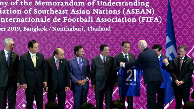 Presiden FIFA Gianni Infantino memberikan jersey dengan nomor punggung 21 kepada Presiden Joko Widodo dalam acara penandatanganan Memorandum of Understanding (MoU) antara Asean dengan FIFA di Bangkok, Thailand, Sabtu (2/11/2019). - Dok. Biro Setpres