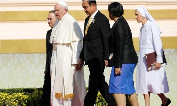 Paus Francis dan sepupunya, Suster Ana Rosa Sivori, berjalan dengan Perdana Menteri Thailand Prayuth Chan/ocha selama kedatangan mereka di Kantor Pemerintah di Bangkok, Thailand, 21 November 2019. Sumber: Reuters