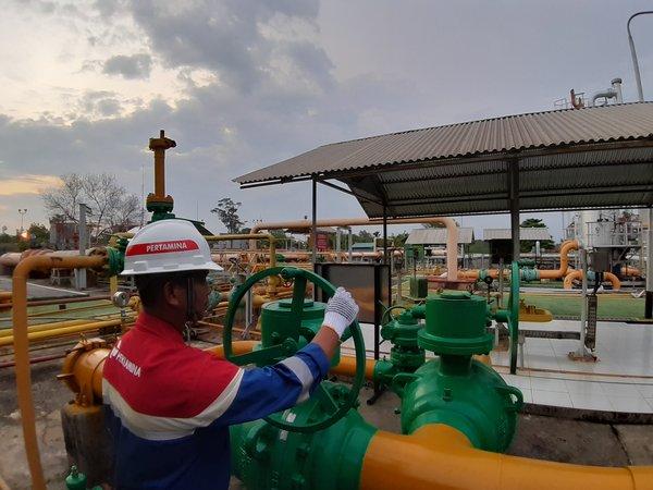 Petugas Pertamina sedang mengontrol penyaluran gas di SKG X PMB di Prabumulih, Rabu (20/11/2019). - Bisnis/Ni Putu Eka Wiratmini