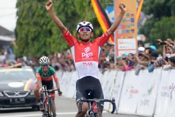 Pebalap sepeda nasional Jamalidin Novardianto ketika tampil di Tour de Singkarak 2019 di Sumatra Barat. - Antara/Wahdi Septiawan