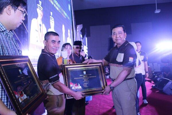 Kepala Badan Pengelolaan Pajak Daerah (BPPD), Sulaiman Amin, memberikan penghargaan kepada wajib pajak daerah kota itu. - Istimewa