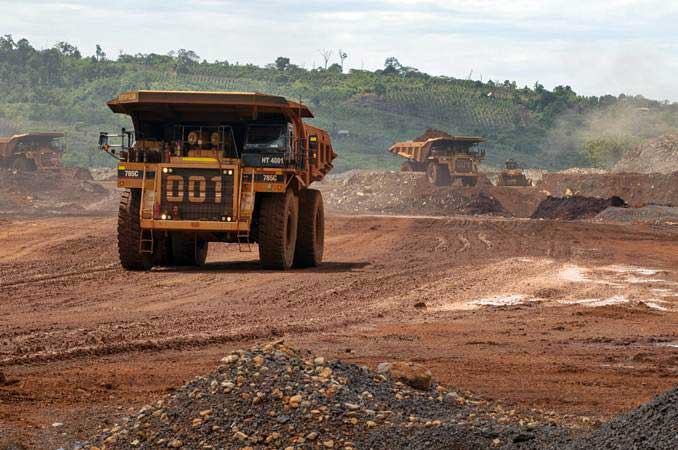 Articulated dump truck mengangkut material pada pengerukan lapisan atas di pertambangan nikel - ANTARA/Basri Marzuki