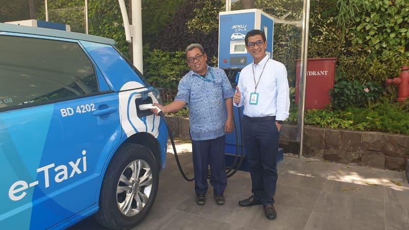 GM PT PLN (Persero) Unit Induk Distribusi Jakarta Raya M. Ikhsan Asaad mendampingi pengemudi Blue Bird melakukan pengisian daya kendaraan melalui SPKLU PLN di Jakarta.