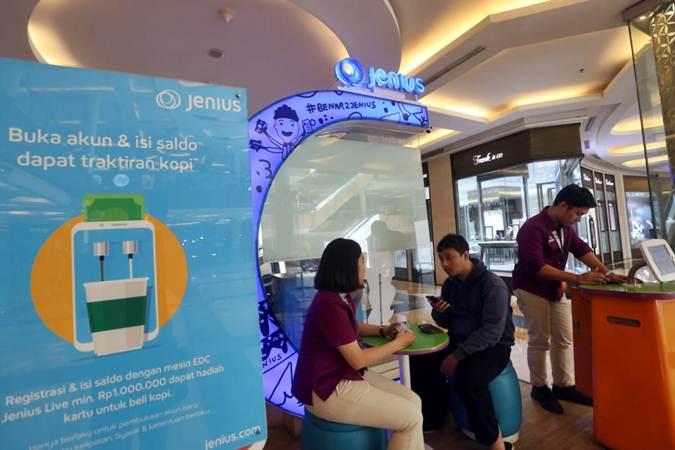 Petugas menjelaskan produk Jenius, aplikasi teknologi finansial (tekfin) milik Bank Tabungan Pensiunan Nasional (BTPN), kepada pengunjung di salah satu pusat perbelanjaan di Bandung, Jawa Barat, Senin (22/7/2019). - Bisnis/Rachman