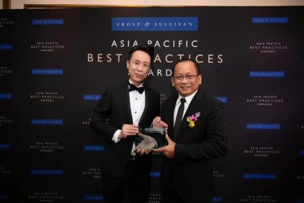 CEO Telkomsigma Sihmirmo Adi (kanan) menerima penghargaan dari Director Energy & Environment Frost & Sullivan Melvin Leong, dalam Frost & Sullivan 2019 Best Practice Awards untuk kategori Indonesia Data Center Services Provider of The Year, di Jakarta, Rabu (20/11/2010). - Antara