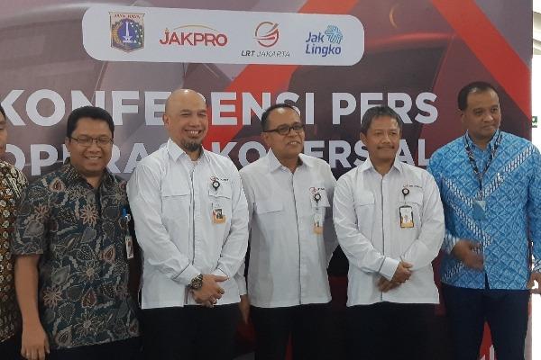 Direksi PT LRT Jakarta bersama perwakilan Pemerintah Provinsi DKI Jakarta dan PT Transportasi Jakarta (Transjakarta) pada Kamis (21/11/2019) menggelar persiapan operasi komersial perdana Kereta Lintas Rel Terpadu (LRT) Jakarta pada 1 Desember 2019 - Bisnis/Aziz Rahardyan