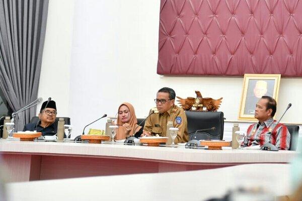 Gubernur Sulsel Nurdin Abdullah memimpin Focus Group Discussion (FGD) bersama Wali Kota Palopo Judas Amir, Bupati Luwu Utara Putri Indah Indriani, dan Bupati Luwu Basmin Mattayang di Palolo, Kamis (21/11 - 2019).