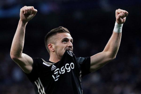 Gelandang serang sekaligus kapten tim Ajax Amsterdam Dusan Tadic - Reuters/Susana Vera