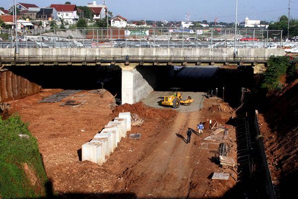 Pembangunan jalan tol Cijago di kawasan Depok, Jawa Barat, Senin (13/3). - Antara/Yulius Satria Wijaya