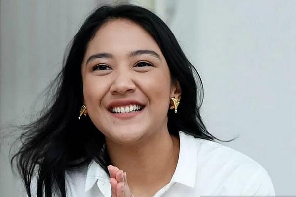Founder Creativepreneur Putri Indahsari Tanjung saat diperkenalkan sebagai staf khusus Presiden Joko Widodo di halaman tengah Istana Merdeka Jakarta, Kamis (21/11/2019). - Antara