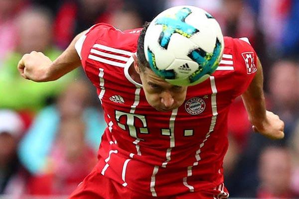 Striker Bayern Munchen Robert Lewandowski - Reuters/Michael Dalder