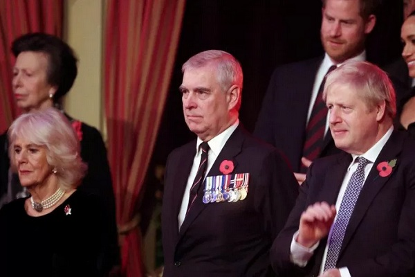 Pangeran Andrew (depan, tengah) bersama Camilla, Duchess of Cornwall (depan, kiri) dan Perdana Menteri Inggris Boris Johnson (depan, kanan) menghadiri acara Royal British Legion Festival of Remembrance di Royal Albert Hall di London, Inggris, 9/11/2019.  - Reuters