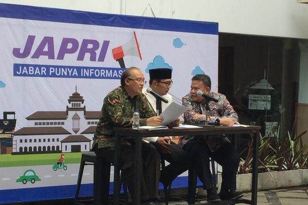 Gubernur Jawa Barat (Jabar) Ridwan Kamil (tengah) dalam pengumuman Upah Minimum Provinsi (UMP) Jabar 2019 di Gedung Sate, Bandung, Jabar, Kamis (1/11). - JIBI/Wisnu Wage