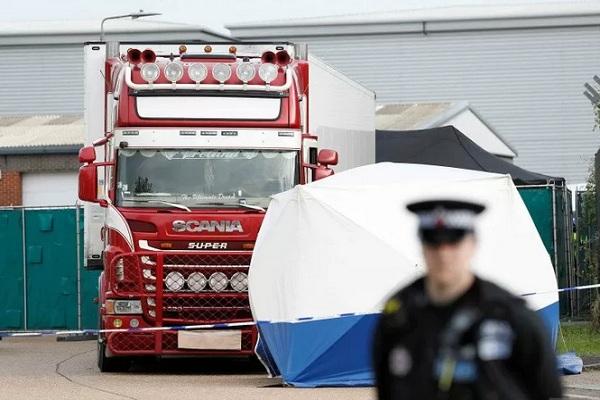 Ilustrasi - Polisi berjaga di sekitar lokasi ditemukannya mayat manusia di sebuah truk kontainer di Grays, Essex, Inggris, Rabu (23/10 - 2019).Reuters