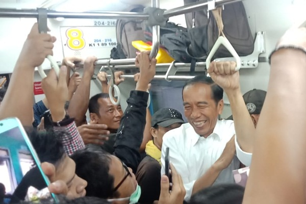 Presiden Jokowi naik kereta commuter bersama penumpang KRL tujuan Bogor, Rabu (6/2/2019) - Dok. Agus Gumiwang Kartasasmita