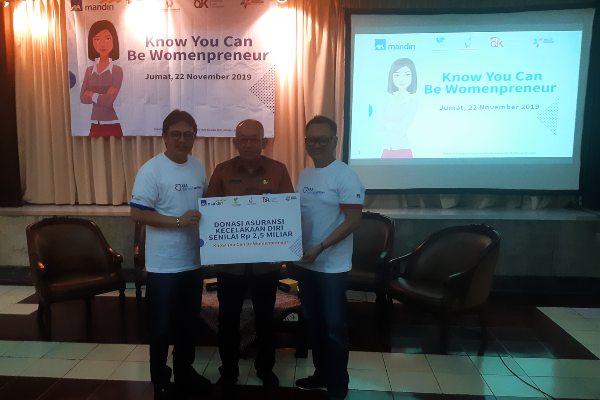 Kepala Dinas Sosial Kota Semarang Muthohar (tengah) menerima donasi asuransi Mandiri Axa General Insurance (MAGI) dari Direktur MAGI Eddy Alfian (kiri) dan Direktur MAGI Benny Waworuntu.