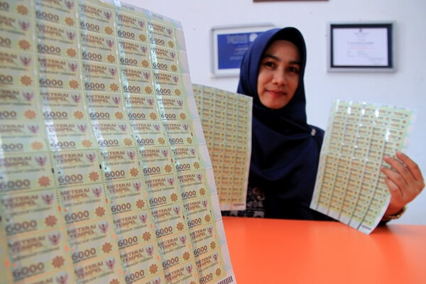 Permintaan dan penjualan materai 6000 meningkat dipengaruhi pembukaan formasi CPNS 2019. - Antara/Syifa Yulinnas