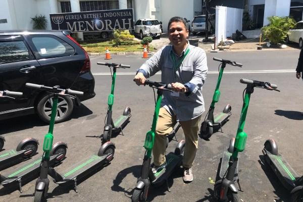 Presiden Grab Indonesia Ridzki Kramadibrata menggunakan layanan GrabWheels di sekitar Kawasan Mega Mas, Kota Manado, Sulawesi Utara, Kamis (31/10/2019). - Bisnis/M. Nurhadi Pratomo
